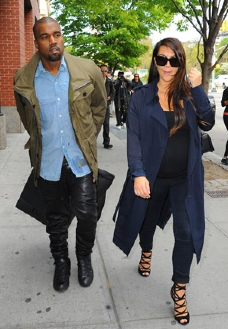 Fuentes cercanas a la pareja comentaron a una publicación estadounidense que North West se parece mucho a su mamá. Además, revelaron que Kim le da pecho.