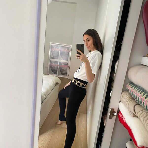 Erika Boldrin nos ha dado varias dósis de moda en casa. Los jeans negros y tshirt van muy bien con un cinturón de cadenas.