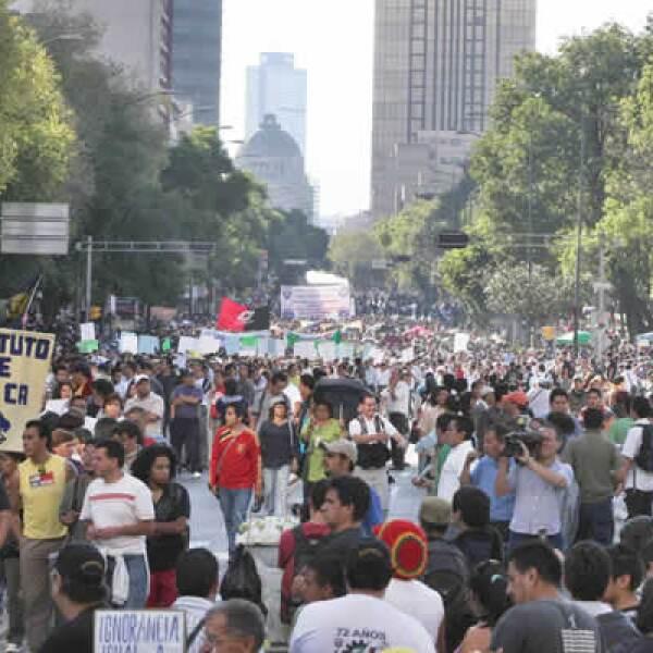 Miembros de los sindicatos Único de Trabajadores de la UNAM (STUNAM) y del Mexicano de Electricistas (SME) marcharon en conmemoración del 41 aniversario de los hechos del 2 de octubre de 1968.