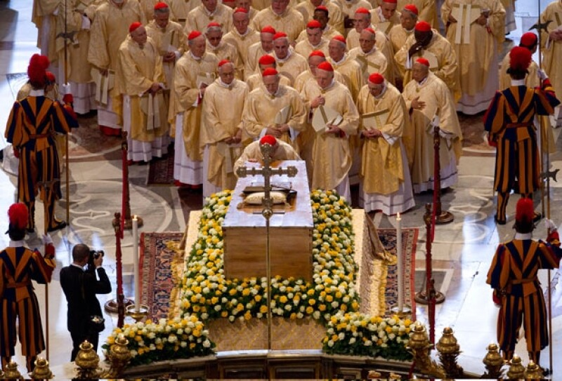 Cardenales, Obispos y el Papa Benedicto XVI le rinden respeto a la tumba de Juan Pablo II.A