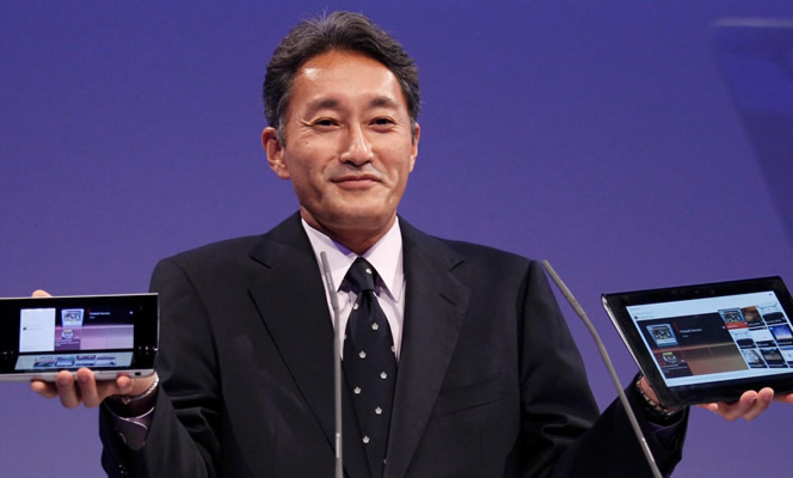 Kaz Hirai, presidente de Sony, fue el encargado de presentar las 'tablets' a la prensa. En su mano izquierda vemos el modelo P, que tendrá un costo de 599 euros, algo así como 10,600 pesos.