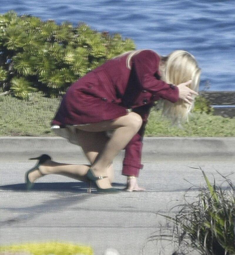 La actriz se encontraba filmando una serie cuando las tacones la traicionaron y fue a dar hasta el piso.
