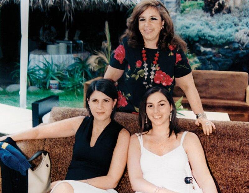 LAS JOYAS DE LA FAMILIA. Ana Scherer (de pie) y María (a la izq.), hijas de don Julio, con la nieta de éste, Mariana Igartua, hija de Ana.