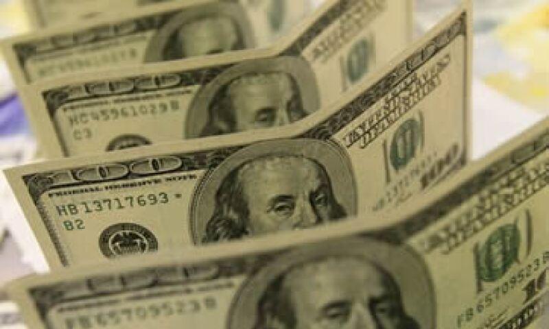 El dólar opera con fuertes ganancias frente al peso a media jornada del miércoles. (AP)