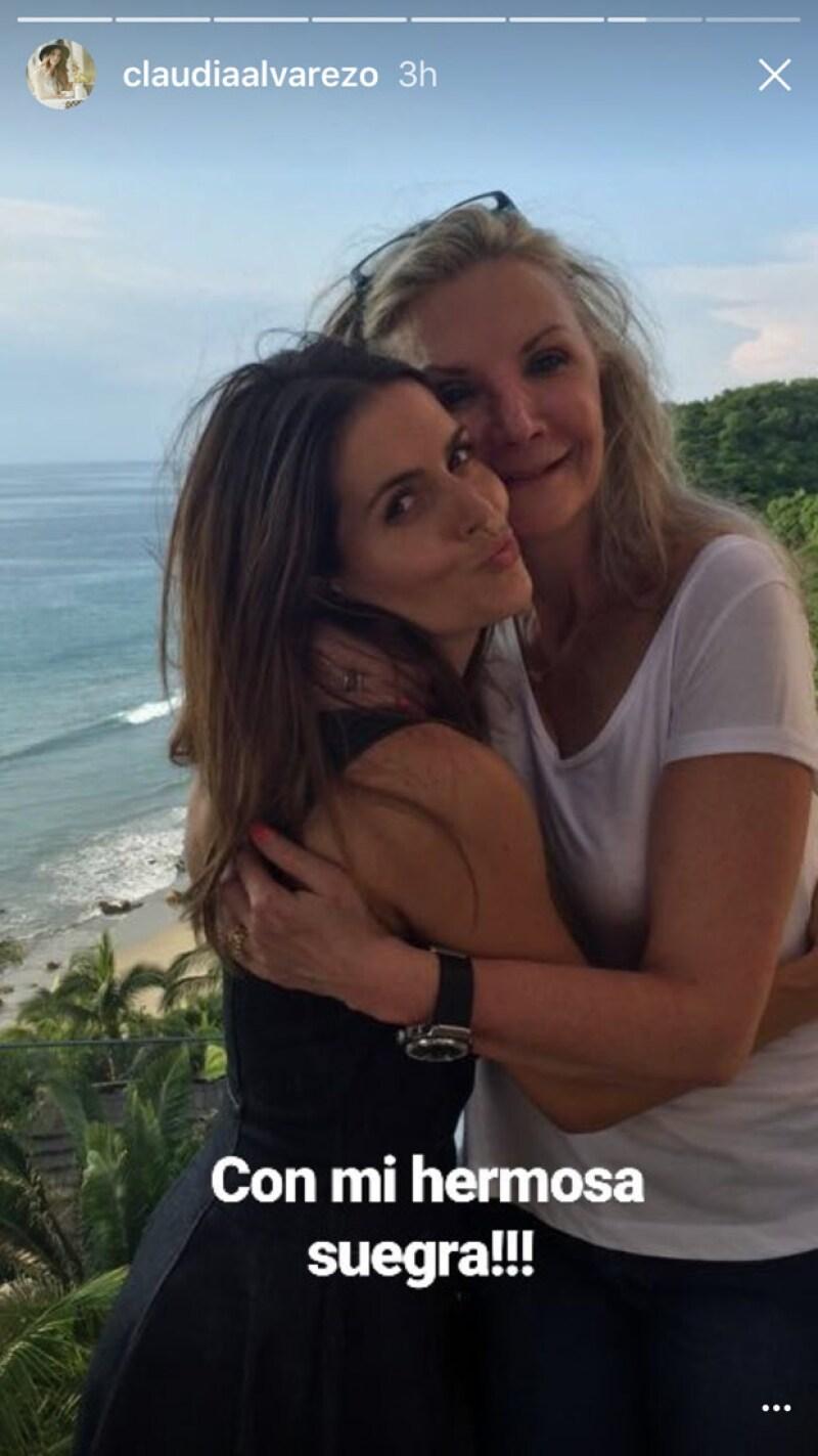 Claudia Álvarez compartió esta imagen con la mamá de Billy Rovzar.