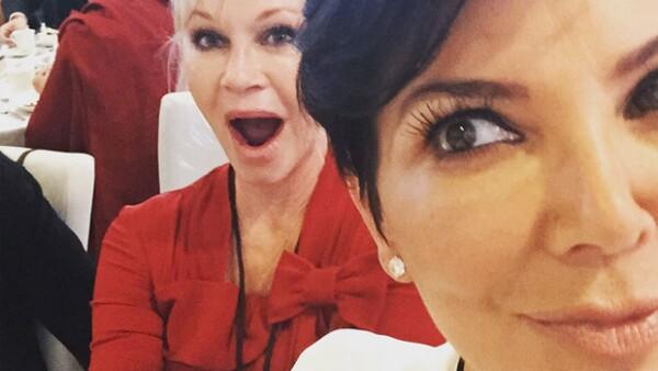 La ex pareja de Caitlyn Jenner y su amiga Melanie Griffith asistieron como invitadas al cumpleaños número 80 del líder budista en California.