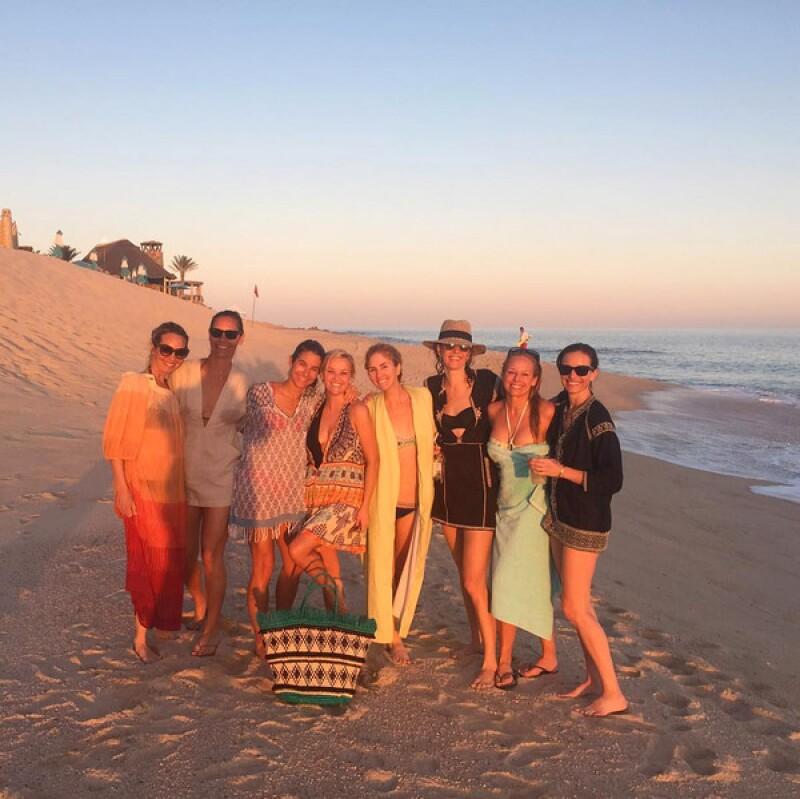 Con todo su girl squad en playa mexicana.