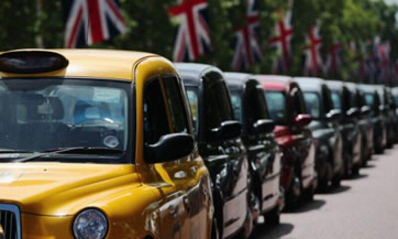Centenas de taxis se estacionaron y detuvieron el tránsito en las principales calles de Londres. (Foto: Getty Images)