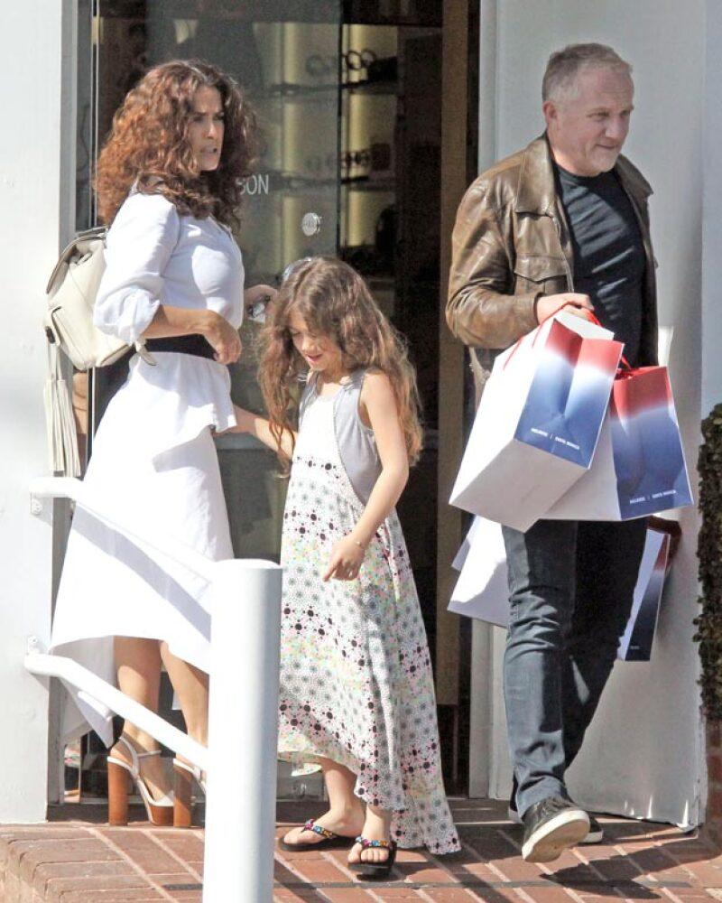 Después de desayunar, la famosa familia se dirigió de shopping a Fred Segal, donde como todo un caballero François-Henri Pinault cargó las compras de su esposa.
