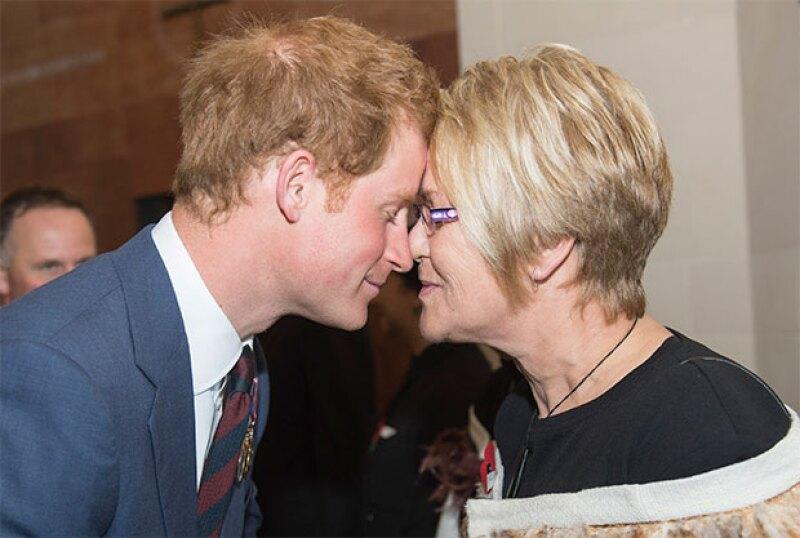 En sus diferentes actividades oficiales, el príncipe ha saludado a todos de esta manera.