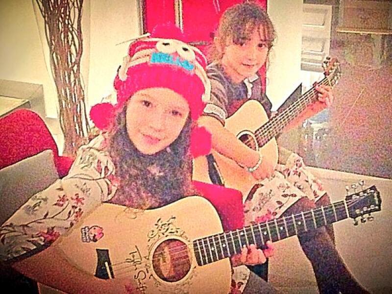 Mía y Nina han heredado el gusto por la música de su papá.