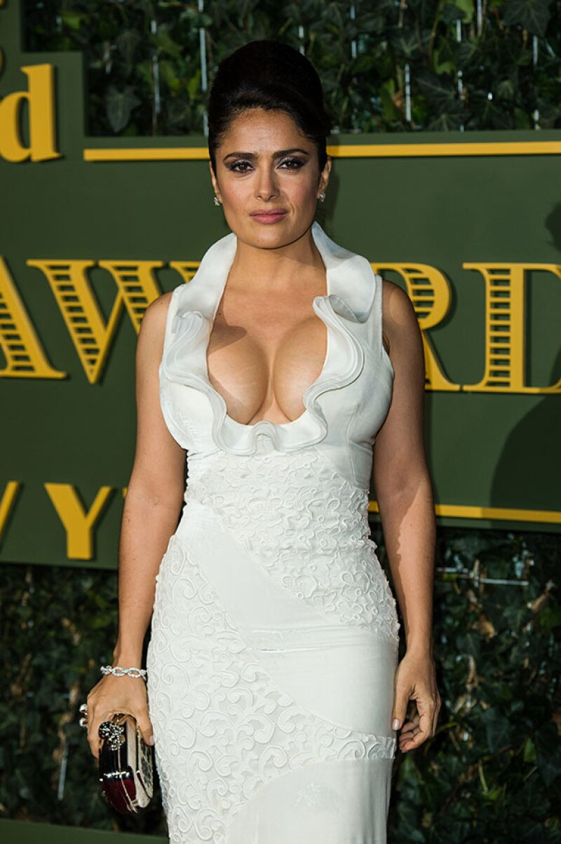 La actriz mexicana dejó ver de más sus atributos con un vestido blanco de gran escote, durante los London Evening Standard Theatre Awards este fin de semana.