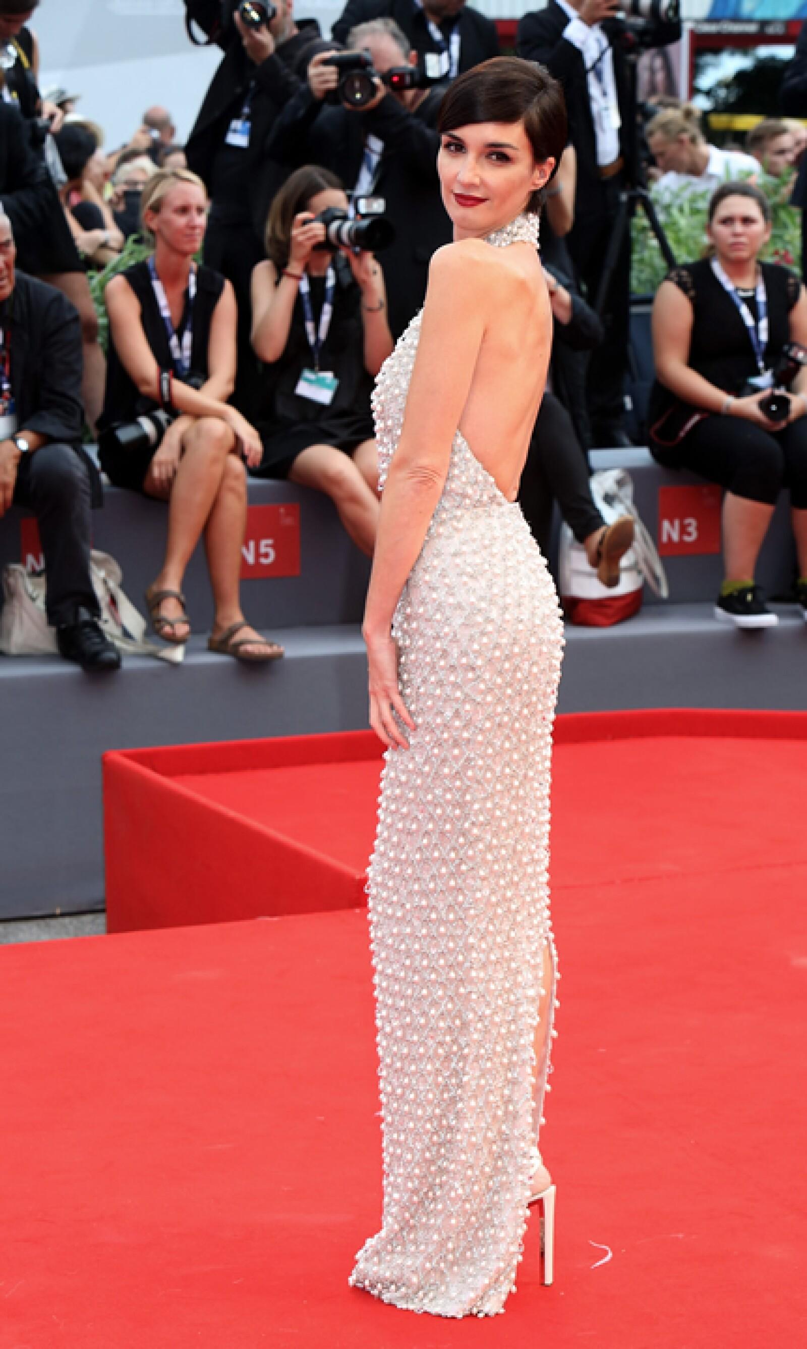 Para la premiere de `Everest´, Paz Vega usó un vestido en halter en tono gris pálido de Ralph and Russo.