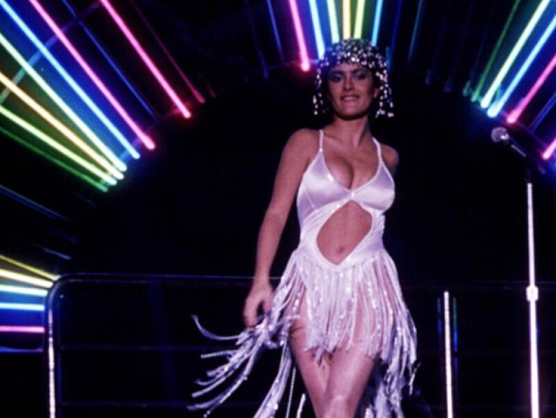 Salma, toda una cantante al estilo disco en la película 54.