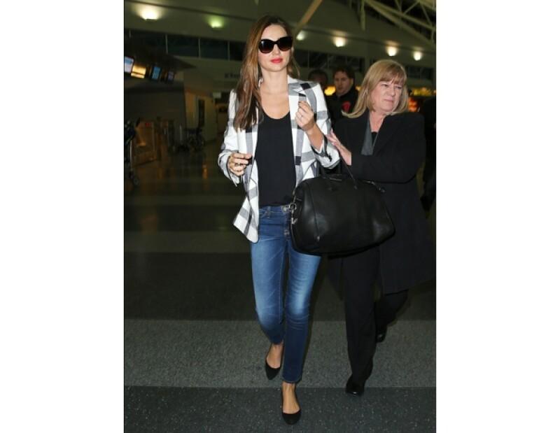 Miranda Kerr usando jeans y un blazer tartan