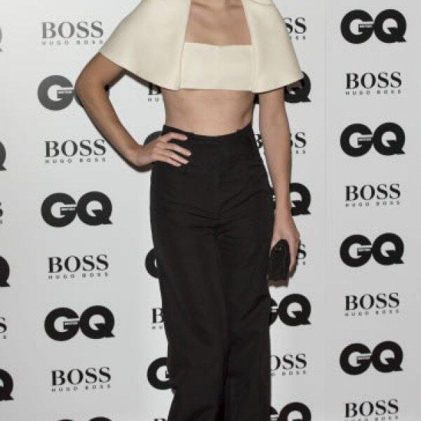 Para los GQ Men of the Year Awards la actriz se presentó luciendo un crop top blanco de Belenciaga, combinándolo con un pantalón a la cintura. No hubo quien se resistiera a verla.