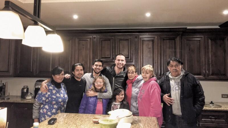 Rada con su familia en Tecate, Baja California: `Yo le regalé esa cocina a mi mamá con el dinero que estoy ganando en el Señor de los Cielos.