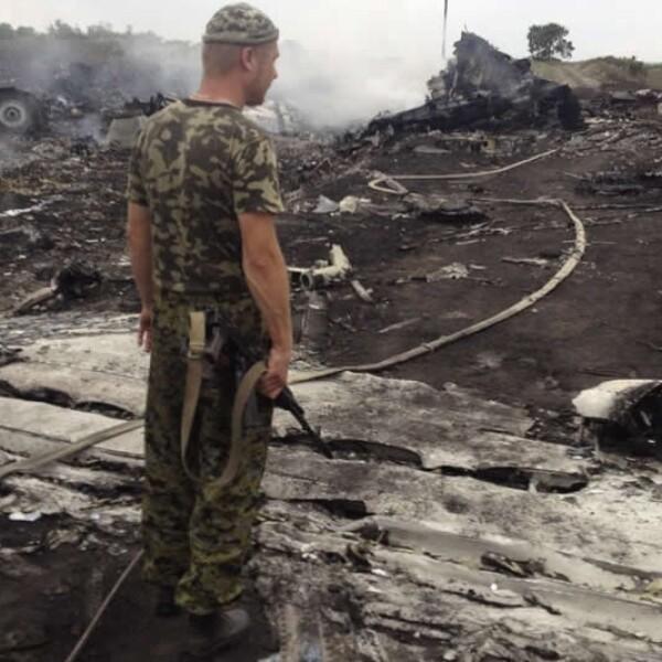 Un miembro de un grupo separatista prorruso observa los restos del avión malasio