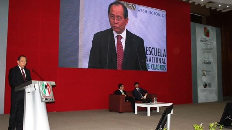 El embajador de China en México, Qiu Xiaoqi, durante una plática con integrantes del Revolucionario Institucional