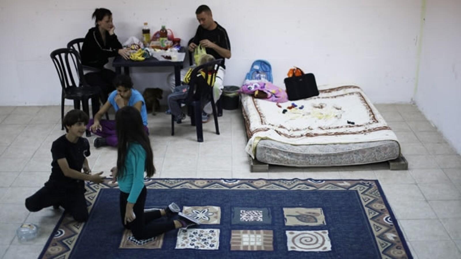 una familia israeli se entretiene en un refugio