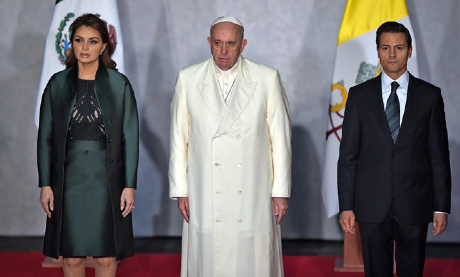 Es la primera vez que un pontífice acude a este recinto; fue recibido por el presidente Peña Nieto.