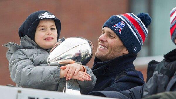Padre e hijo se mostraron felices durante el desfile del equipo por las calles de Boston. Ahí, el pequeño de cinco años se robó la atención de todos con su sonrisa.