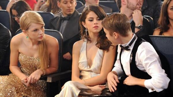 Taylor, Selena y Justin en los American Music Awards de 2011.
