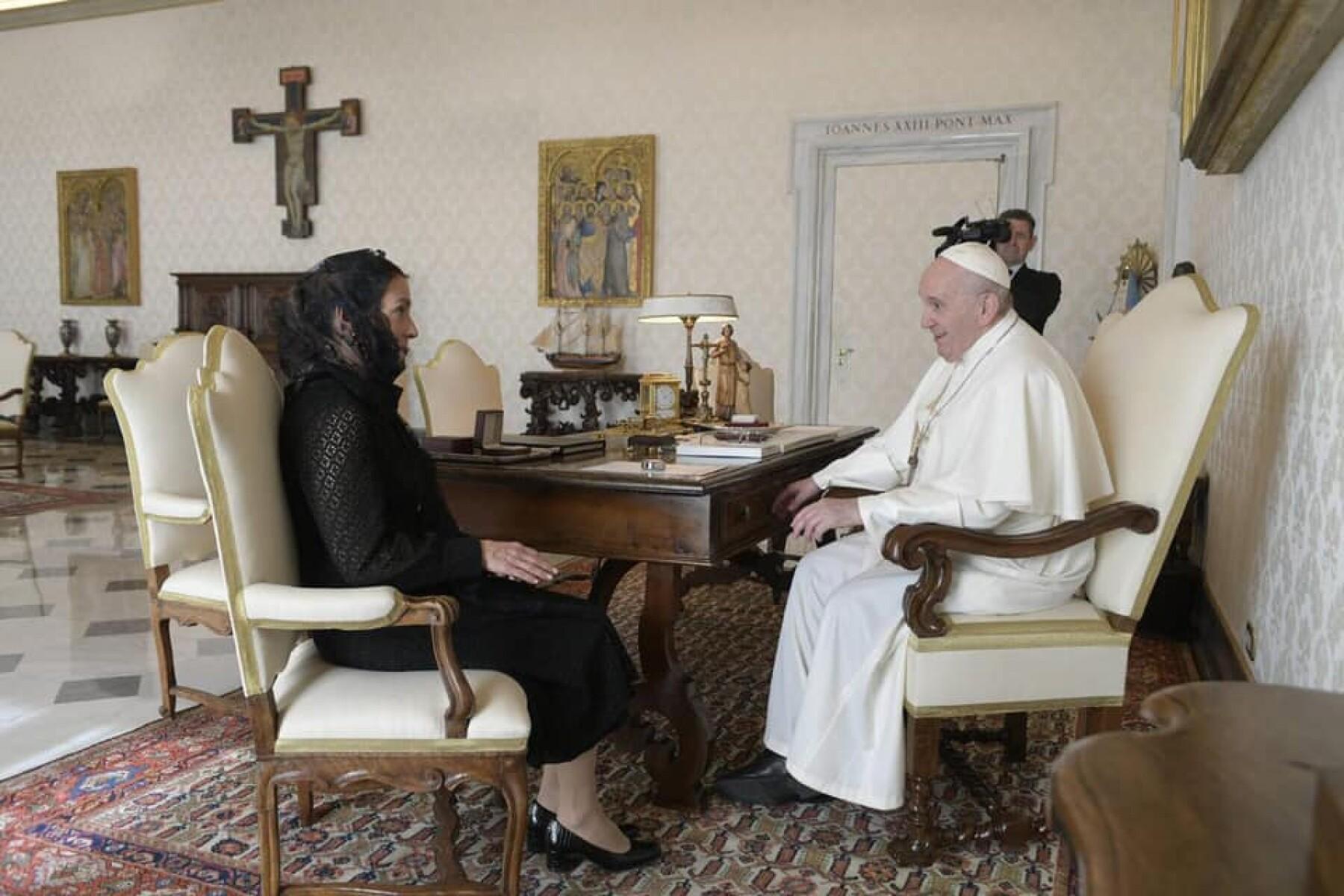 Beatriz Gutiérrez Müller y el Papa Francisco.