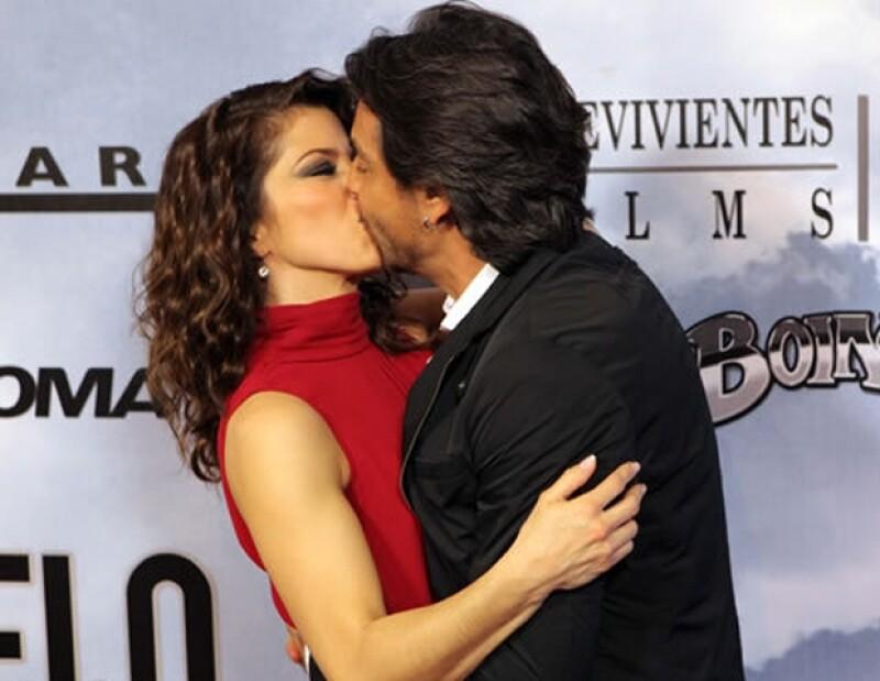 La pareja de actores dejó claro ante la prensa que están más que enamorados y para muestra de ello este beso.