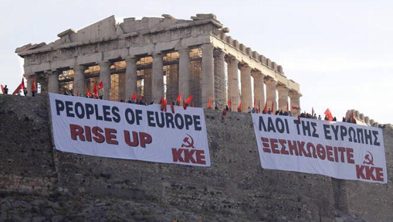 """El 27 de abril la agencia calificó a su deuda de """"basura"""". En la foto se lee """"Europa, levántate""""."""