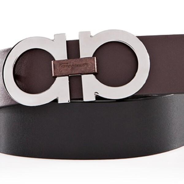 Un cinturó de ancho regular del mismo tono que los zapatos enmarca la silueta de su portador.