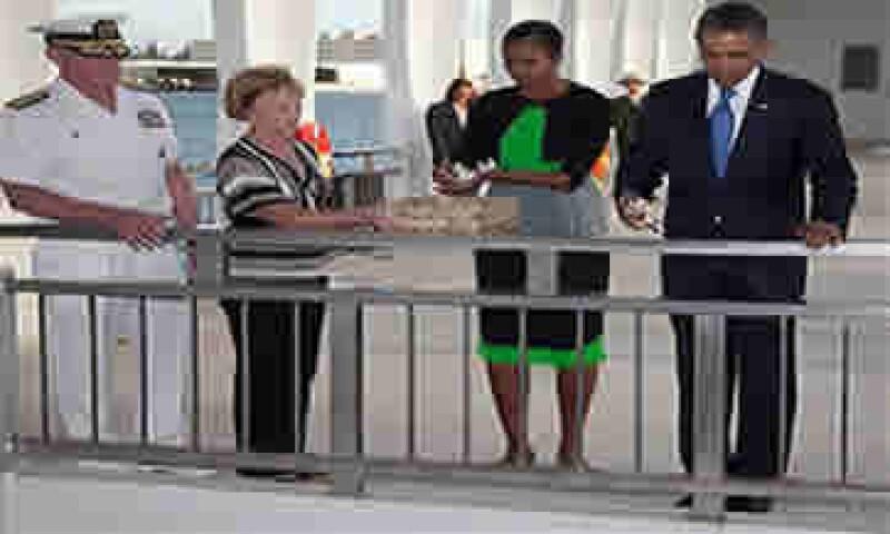 Barack Obama (derecha) se encuentra de vacaciones en Hawai desde donde envió un mensaje de fin de año. (Foto: AP)