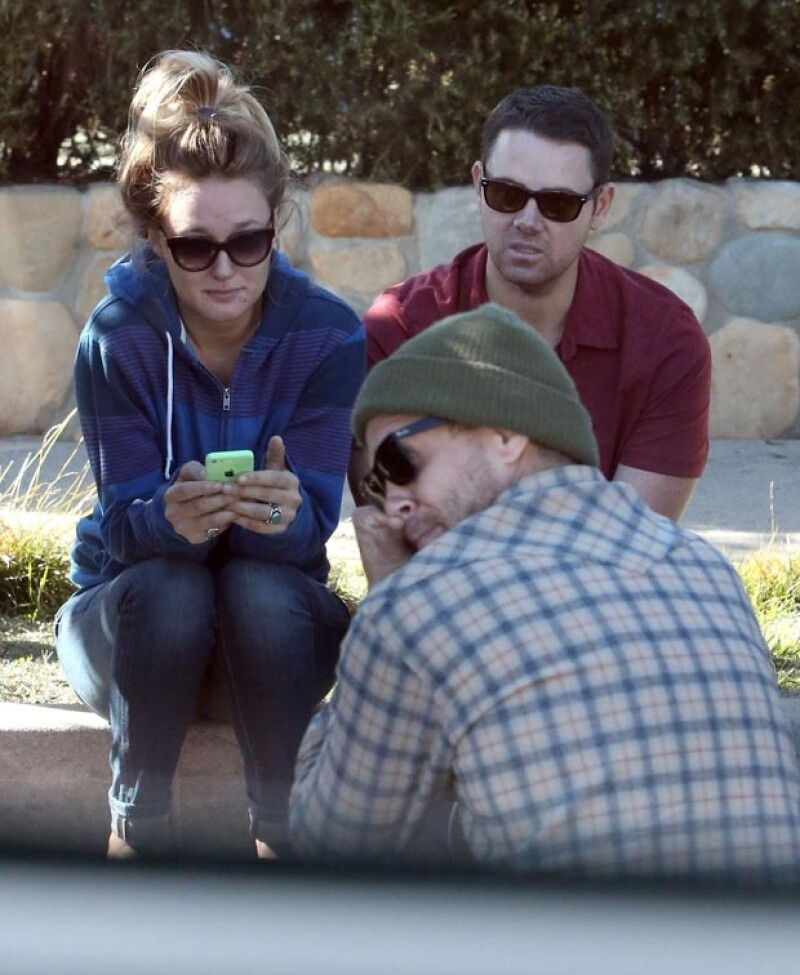 Jasmine estuvo acompañada por dos amigos mientras conversaban sentados en la banqueta de la casa del actor en Santa Bárbara.