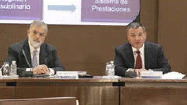 El titular de la Secretaría de Seguridad Pública (derecha), detalló la apertura de 12 penales federales. (Foto: Notimex)