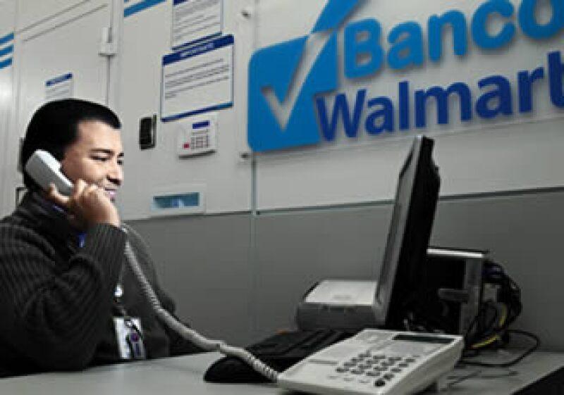 El banco de Wal-Mart apunta a mexicanos de bajos ingresos y acceso limitado a la banca. (Foto: Archivo)