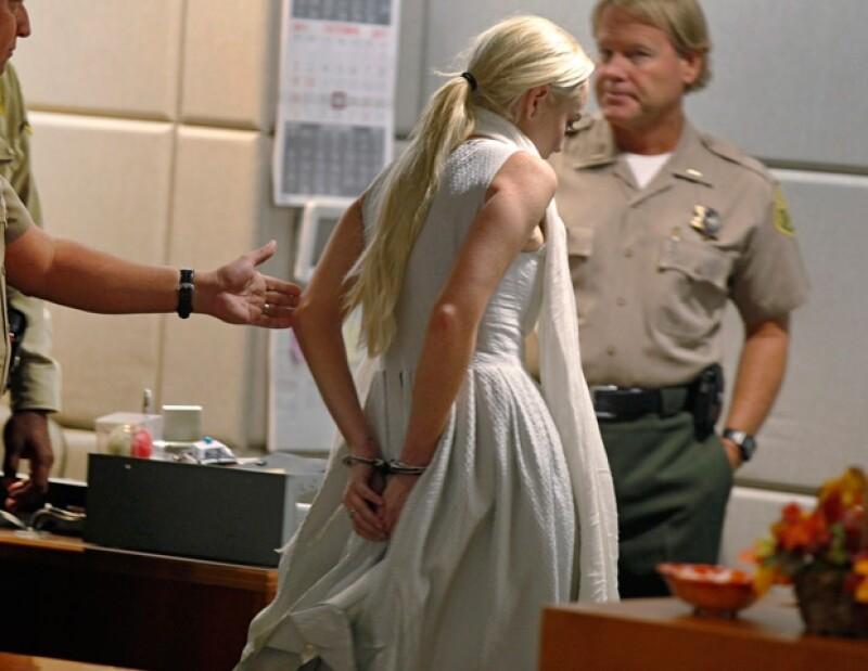La semana pasada Lindsay Lohan fue arrestada por no haber cumplido con su servicio comunitario, sin embargo, obtuvo su libertad al pagar la fianza de 100 mil dólares.