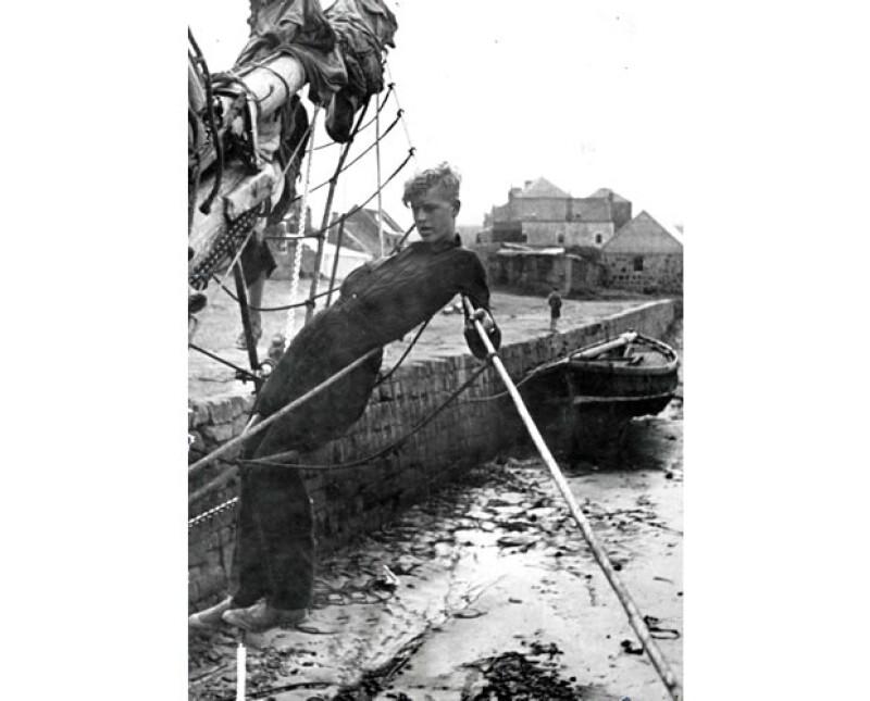 En 1939 se integró a la Marina británica.