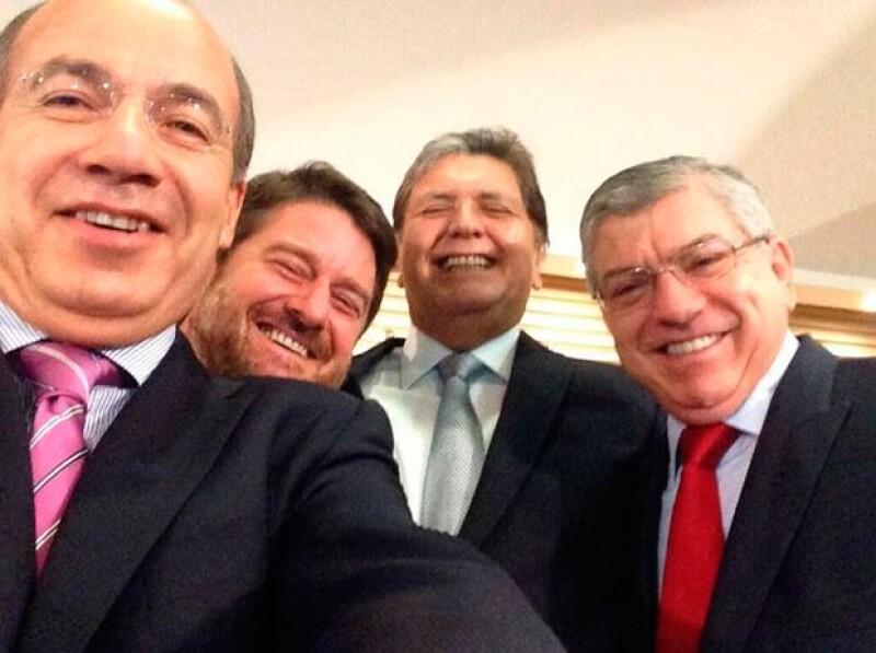 Felipe Calderón también se contagió de la fiebre de la selfies grupales.