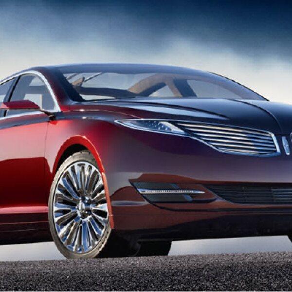 El diseño  del Lincoln MKZ 2013 mantiene el lujo tradicional de la marca, pero con una apariencia aerodinámica y superficies acristaladas; ofrece amplitud para cuatro pasajeros.
