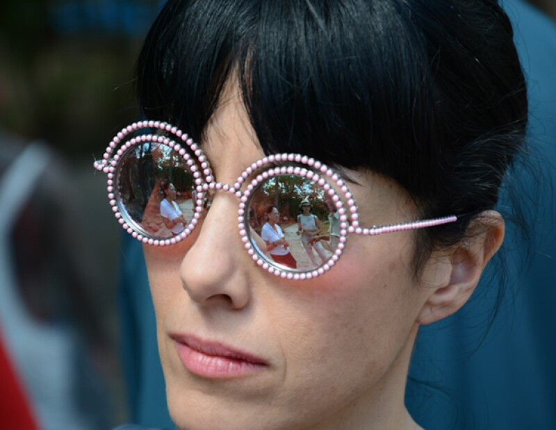 Cecila Suárez fue de las invitadas de honor de México al desfile. En el reflejo de sus lentes también se puede ver a la actriz Tessa Ia.