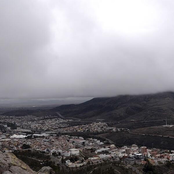 Una vista panorámica de la ciudad de Zacatecas muestra un cielo gris sin asomo del astro rey