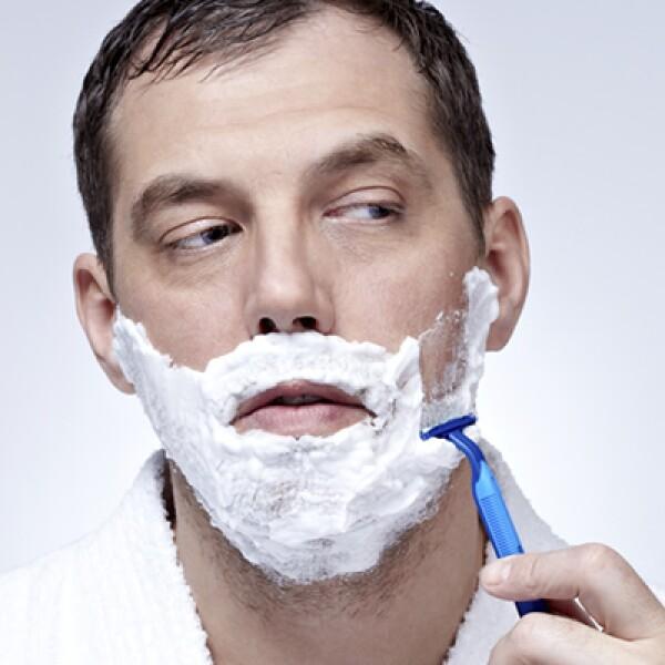 El afeitado debe hacerse de arriba hacia abajo. Deja el cuello para el final, así le das a los poros de esta zona más tiempo para ablandarse.