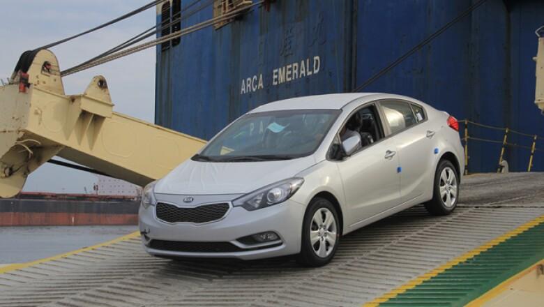 KIA Motors envió a México un total de 2,450 unidades de los tres modelos que venderá en el país inicialmente, los cuales viajan desde las plantas de Eslovaquia (Sportage), Corea del Sur (Forte) y Estados Unidos (Sorento).