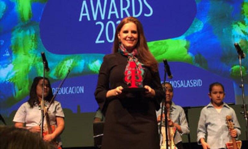Como premio le dieron 5,000 dólares, un curso, una tableta y libros (Foto: Tomada de la página de Facebook de Elisa Guerra)