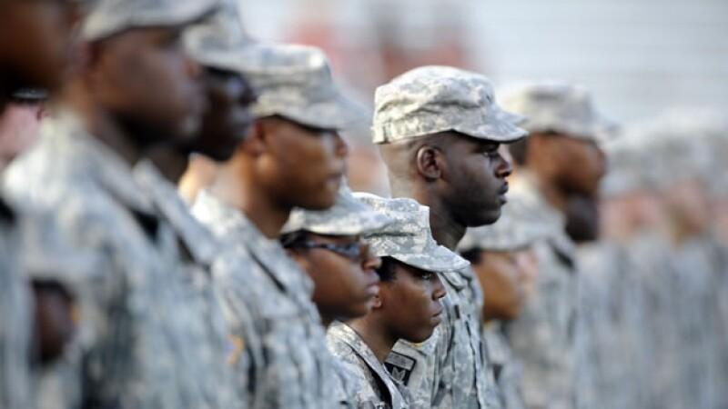 Soldados negros del ?Army? de Estados Unidos observan un juego de futbol americano en Statesboro, Georgia, en septiembre pasado