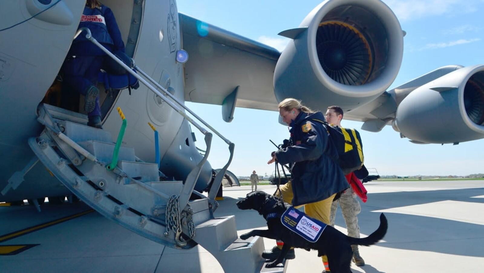 Un perro de búsqueda aborda un avión de la Fuerza Aérea de Estados Unidos en la base de Delaware, listo para ayudar en Nepal