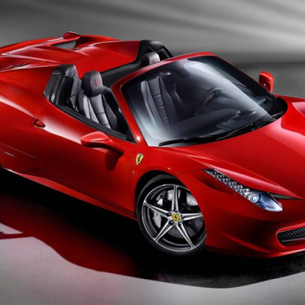 La automotriz italiana aprovecha hasta el último espacio bajo el capó e instaló un motor V8 de 4.5, capaz de superar la barrera de los 100 kilómetros por hora en menos de 4 segundos.