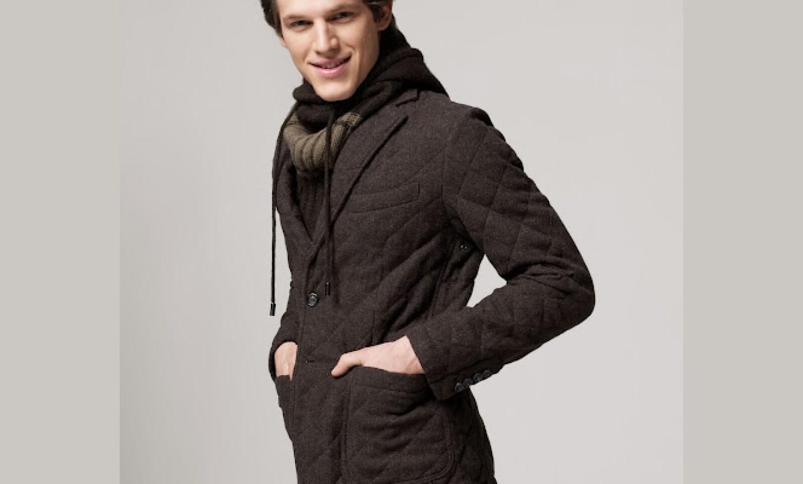 Divertido no debe estar peleado con el lujo, y esta combinación con chamarra, suéter y bufanda es una prueba de ello.