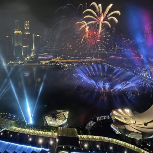 El cielo se iluminó con vistosos juegos artificiales multicolores en este país asiático.