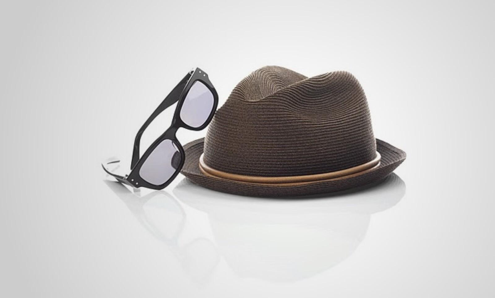 Si te atreves a ser más excéntrico, te recomendamos este sombrero en tonos café y beige, junto con unos lentes de pasta.